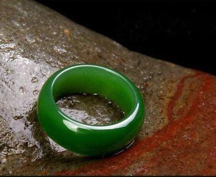 แหวนหยกเขียวมรกต ขนาด 10 mm.