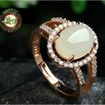 แหวนหัวหยก Tian Biyu สีงาช้าง ฝังเพทายจากออสเตรีย